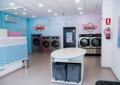 Vista interior general de la lavandería
